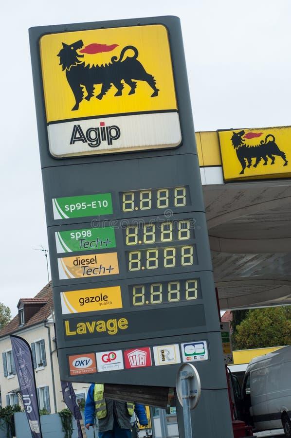 Il tabellone per le affissioni del combustibile nella stazione di servizio di Agip, Agip è stato creato nel 1926 in Italia fotografia stock libera da diritti