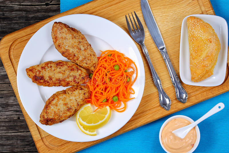 Il tacchino succoso del pollo ha fritto le cotolette, vista superiore fotografia stock libera da diritti