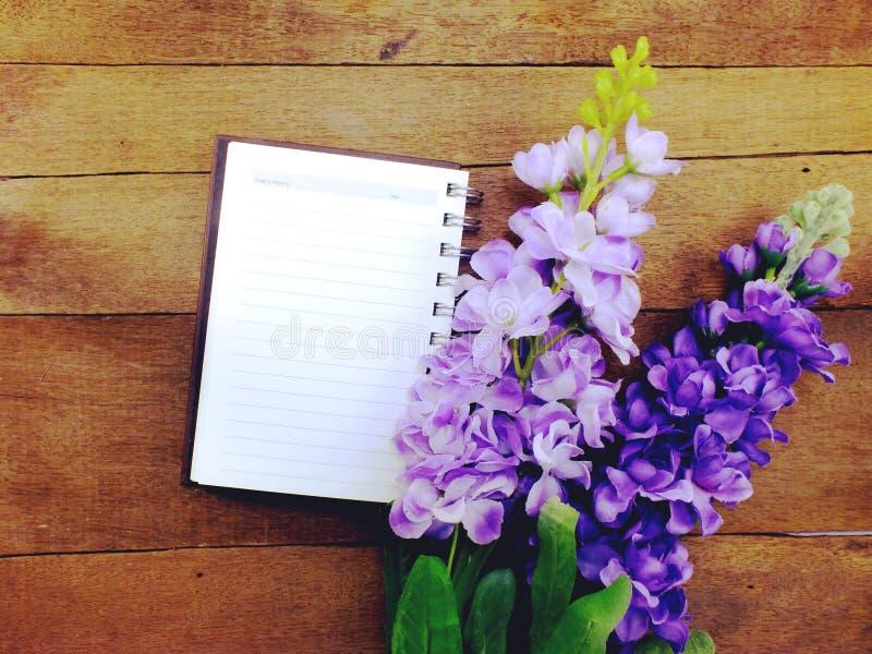 Il taccuino aperto con una pagina in bianco e decora fotografie stock libere da diritti