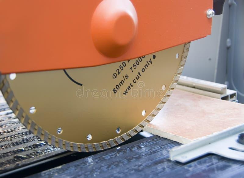 Il taglio copre di tegoli la macchina. fotografie stock