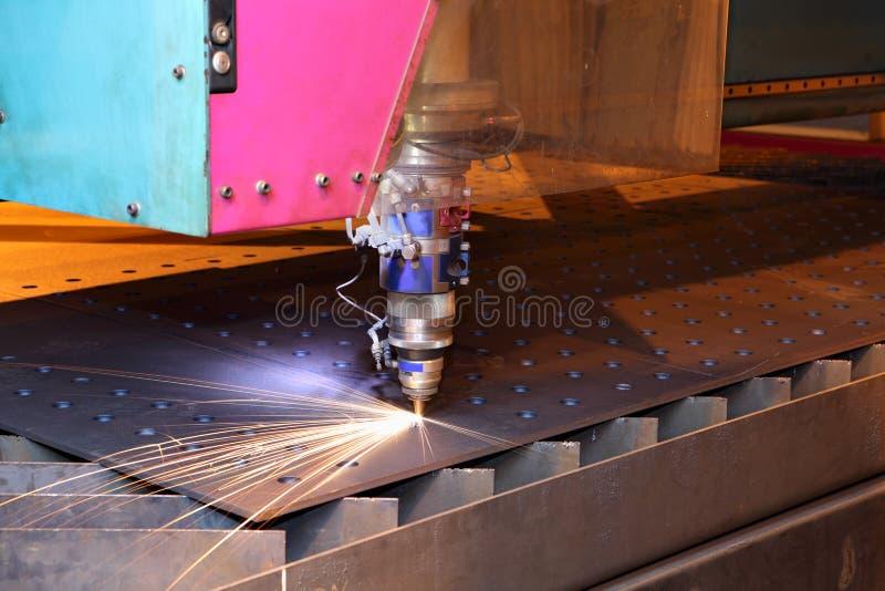 Il taglio del laser si dirige verso la lamiera sottile verticale di taglio fotografia stock libera da diritti