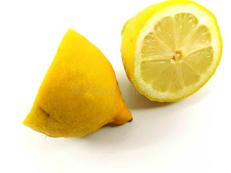 Il taglio di agrumi del limone ha tagliato il giallo a pezzi acido succoso fresco fotografia stock libera da diritti