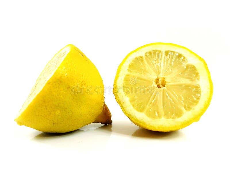 Il taglio di agrumi del limone ha tagliato il giallo a pezzi acido succoso fresco immagine stock