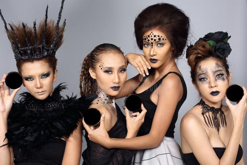 Il talento creativo operato stile di capelli e compone su un Beaut di quattro asiatici fotografia stock libera da diritti