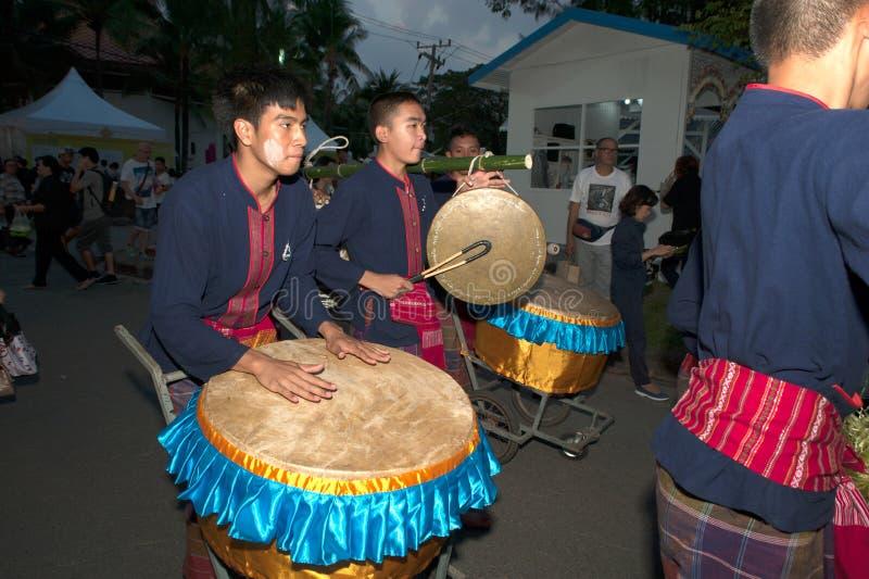 Il tamburo che gioca la manifestazione nella parata è un festival di viaggio della Tailandia fotografie stock