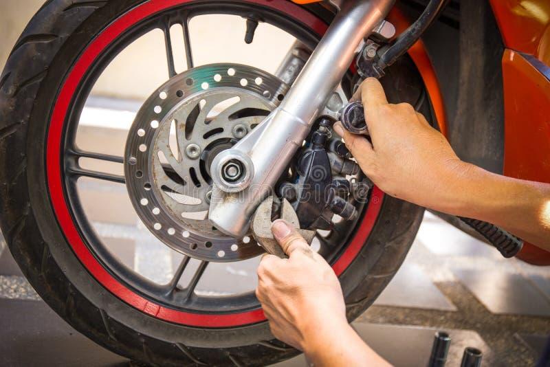 Il tamburo del motociclo indossato motocycle della riparazione del meccanico rompe le scarpe fotografia stock
