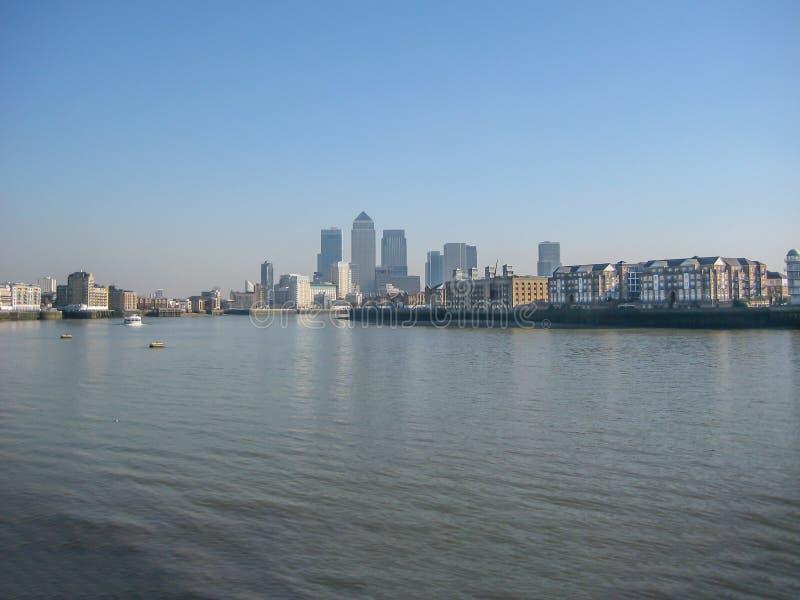 Il Tamigi con i grattacieli di Canary Wharf, a Londra, il Regno Unito fotografia stock