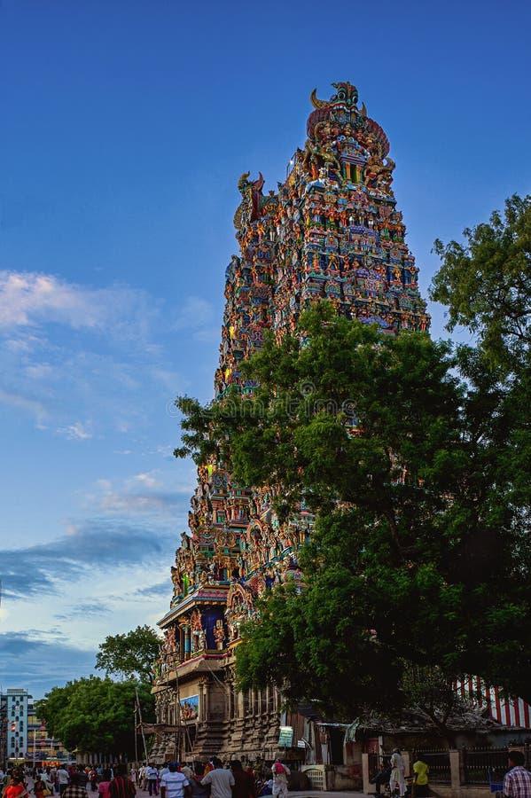 Il Tamil Nadu India di Madura pienamente ha decorato e dipinto il gopuram del tempio di meenakshi di sri immagini stock