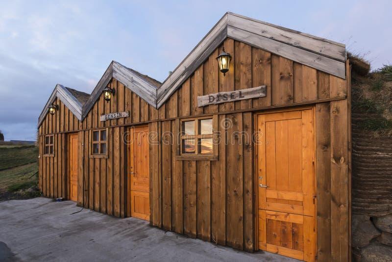 Il tappeto erboso ha riguardato la stazione di servizio a Modrudalur, Islanda fotografie stock