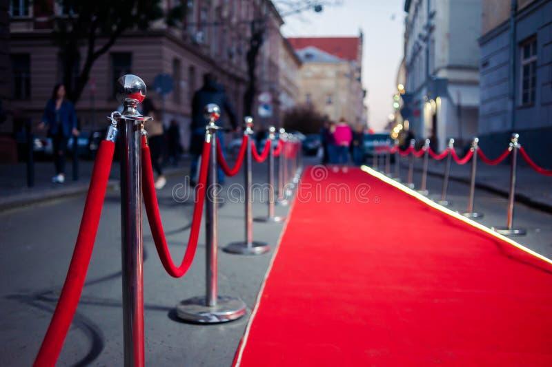 Il tappeto rosso lungo - è utilizzato tradizionalmente per segnare l'itinerario preso dai capi di stato nelle occasioni cerimonia fotografie stock libere da diritti