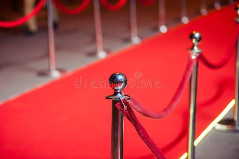 Il tappeto rosso lungo - è utilizzato tradizionalmente per segnare l'itinerario preso dai capi di stato nelle occasioni cerimonia fotografie stock