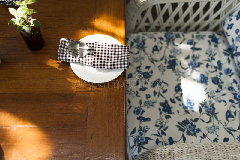 Il tavolino da salotto ed il cucchiaio hanno messo nell'angolo d'annata di stile immagini stock