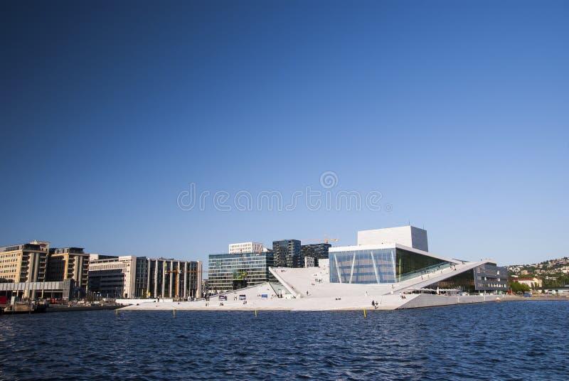 Il teatro dell'opera di Oslo con il cielo fotografia stock libera da diritti