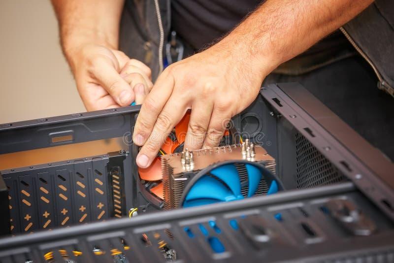 Il tecnico del computer installa il sistema di raffreddamento del computer fotografia stock