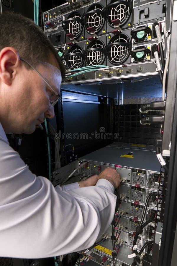 Il tecnico effettua la manutenzione ad un server fotografie stock