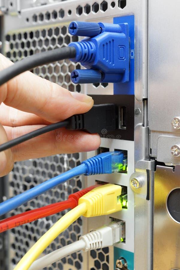Il tecnico sta collegando il dispositivo ad un server immagini stock