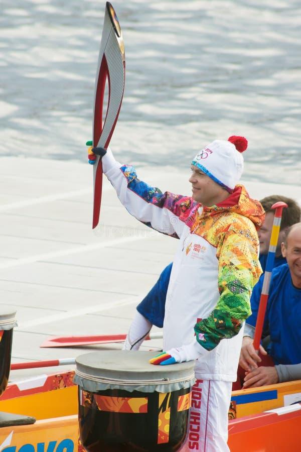 Il tedoforo Ignat Kovalev su una barca con draghi si dirige fotografia stock