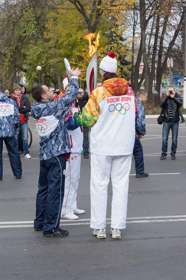 il tedoforo passa la fiamma olimpica fotografie stock libere da diritti