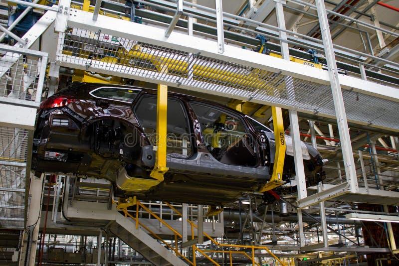 Il telaio di Vauxhall Astra sospeso sulla linea di produzione della fabbrica di Vauxhall al porto Cheshire July 2011 di Ellesmere fotografie stock libere da diritti