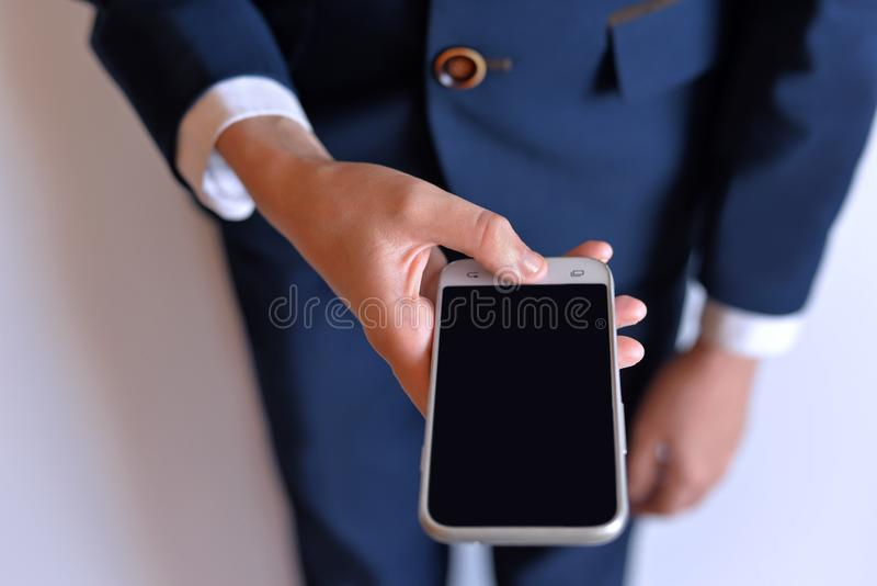 Il telefono è nelle mani dello studente immagine stock