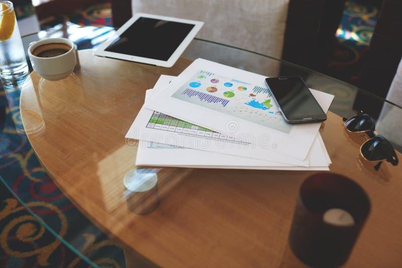 Il telefono delle cellule e la tavola digitale con la copia in bianco spaziano lo schermo per la vostra pubblicità o soddisfanno  fotografia stock libera da diritti