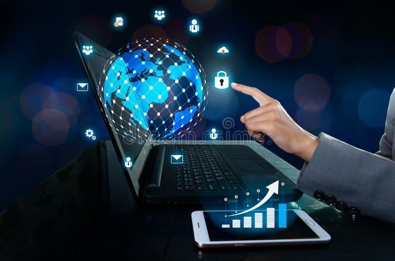 Il telefono ha un'icona del grafico commerciale Premi entrano nel bottone sul computer mappa di mondo della rete di comunicazione immagini stock libere da diritti
