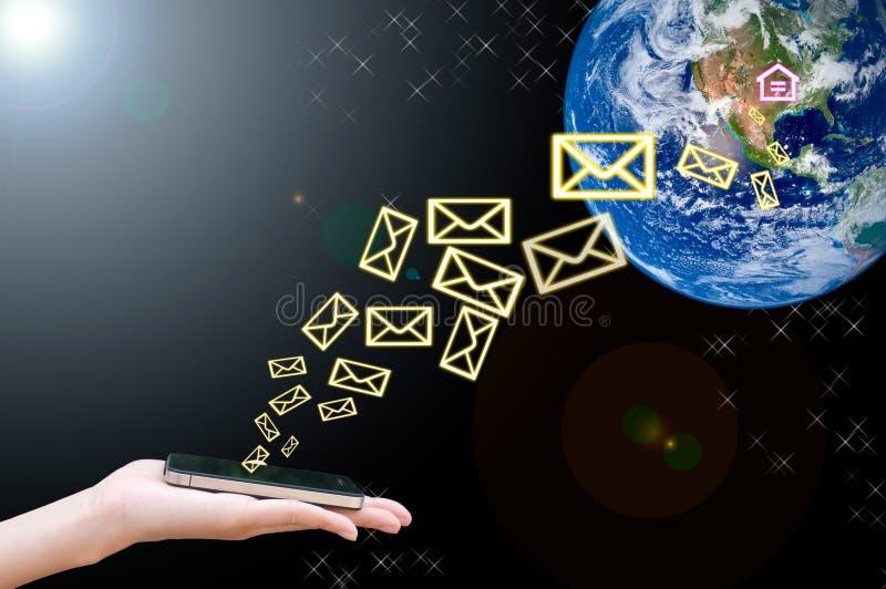 Il telefono mobile a disposizione connette al mondo immagine stock