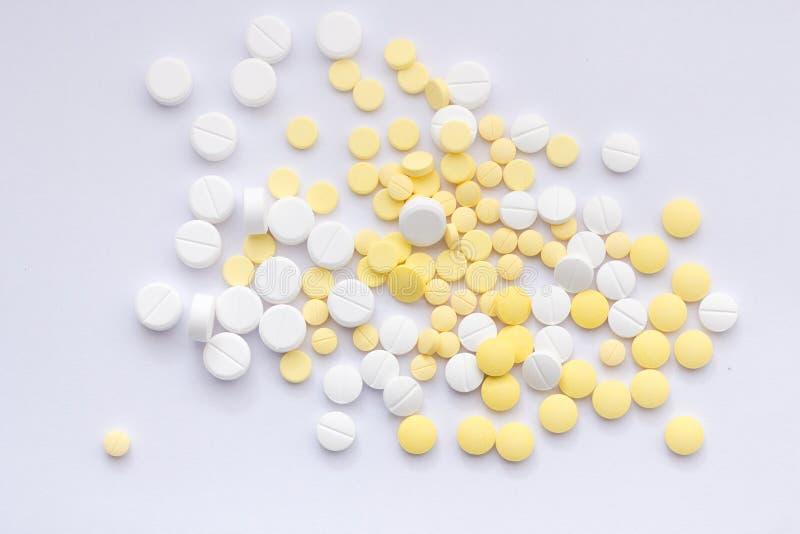Il tema della farmacia, medicina bianca riduce in pani le pillole antibiotiche immagine stock libera da diritti