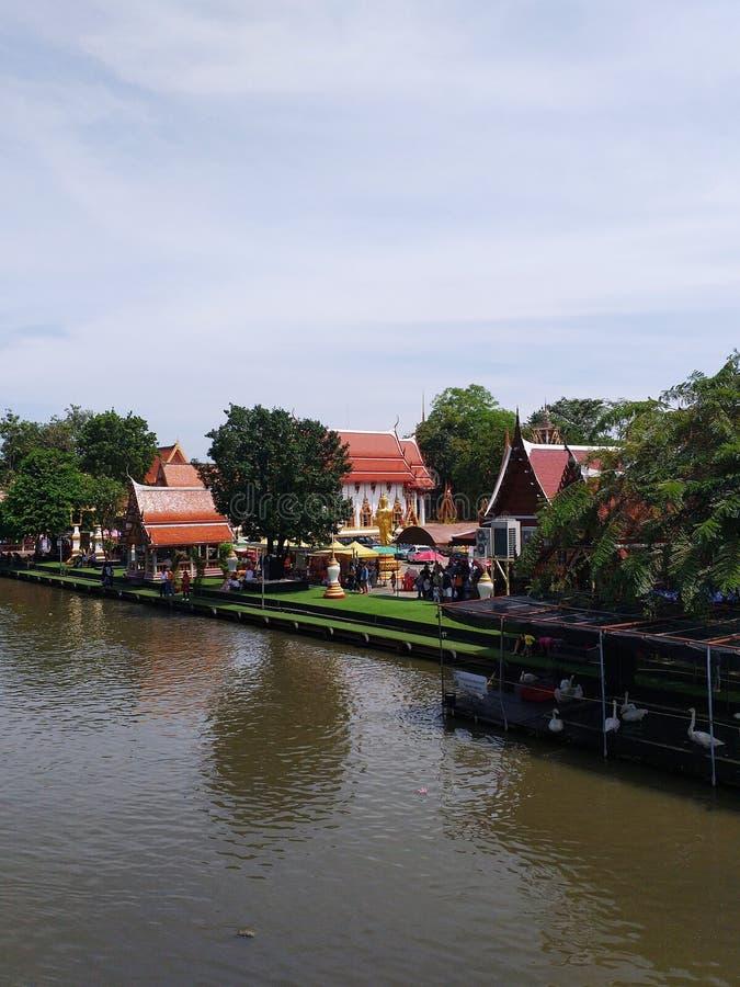 Il tempio è situato sul fiume immagini stock libere da diritti