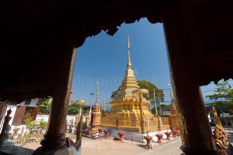 Il tempio buddista nel PA ha cantato Lamphun, Tailandia immagine stock