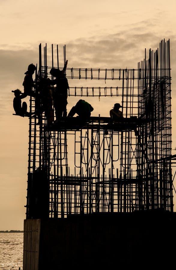 Il tempio in costruzione con i lavoratori si avvicina alla foresta della mangrovia immagini stock libere da diritti