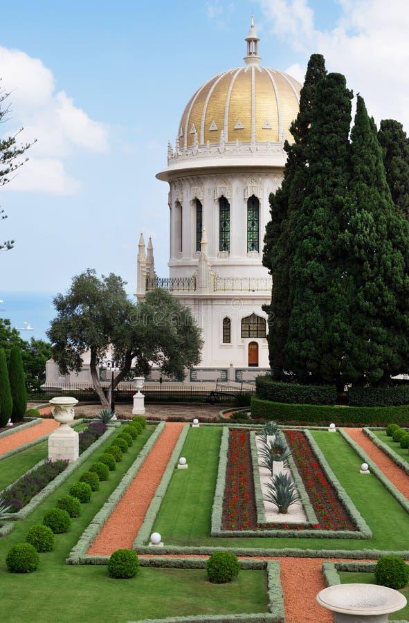 Il tempio di Bahai con Golden Dome, gli alberi e gli abeti si avvicinano fotografia stock libera da diritti