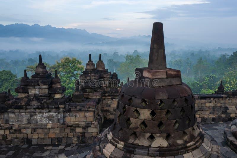 Il tempio di Borobudur ad alba immagini stock libere da diritti