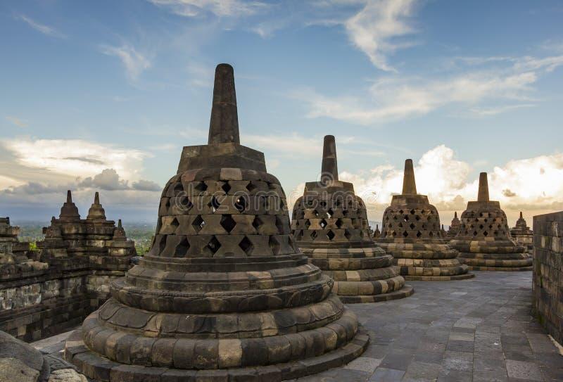Il tempio di Borobudur, Indonesia, fondo luminoso del cielo immagine stock libera da diritti