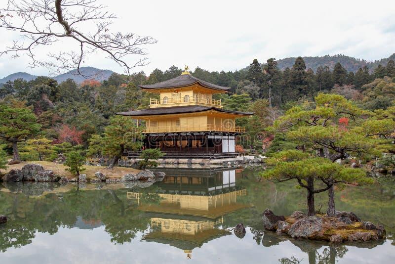 Il tempio di Kinkaku-ji ed il parco di autunno a Kyoto, Giappone immagini stock libere da diritti