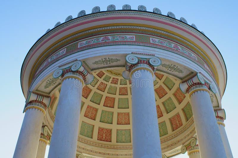 Il tempio di Monopteros nel giardino inglese a Monaco di Baviera, Germania da sotto fotografia stock