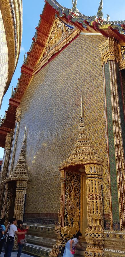 Il tempio dorato di eleganza in Wat Rachaborpit Satitmahasenaram Bangkok immagine stock