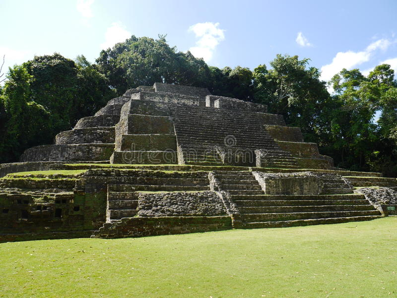 Il tempio maya di Jaguar al Lamanai a Belize fotografie stock