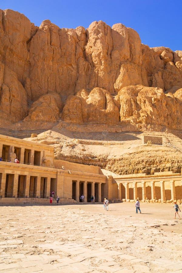 Il tempio mortuario della regina Hatshepsut situato vicino alla valle dei re fotografia stock libera da diritti