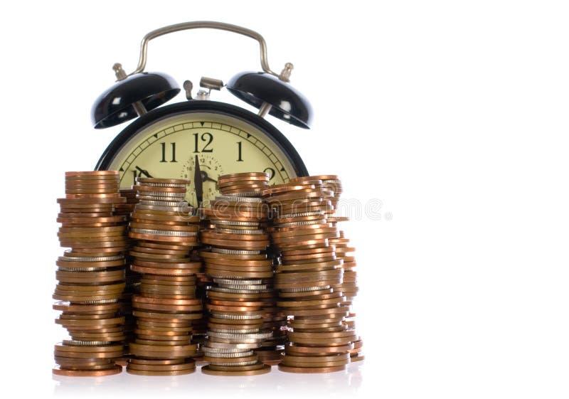 Il tempo è denaro, concetto con le monete britanniche fotografia stock libera da diritti