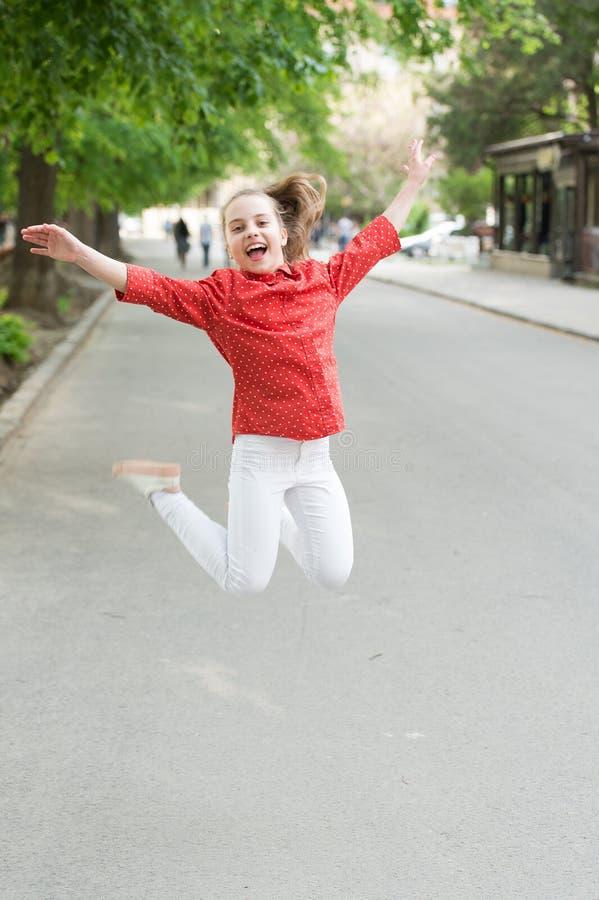 Il tempo di vacanza per si rilassa Emozioni positive Piccola ragazza che si rilassa nel parco Il piccolo bambino gode del parco d fotografie stock libere da diritti