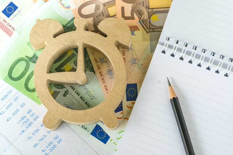Il tempo per calcolo investe, di imposta e di debito, matita su notep bianco fotografia stock