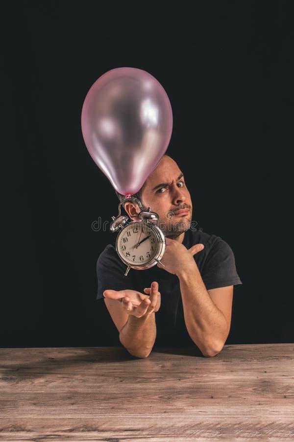 Il tempo pilota il concetto - immagine di un uomo che esamina la macchina fotografica mentre dispone la sua mano al di sotto di v immagine stock libera da diritti