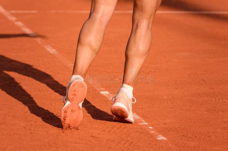 Il tennis femminile prepara servire fotografia stock libera da diritti