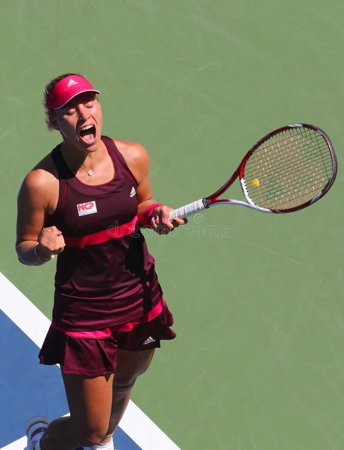 Il tennis professionista Angelique Kerber celebra la vittoria dopo la prima partita del giro all'US Open 2014 immagini stock libere da diritti