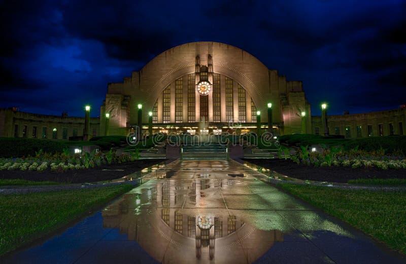 Il terminale del sindacato riflette dopo una tempesta di pioggia di Cincinnati immagini stock libere da diritti