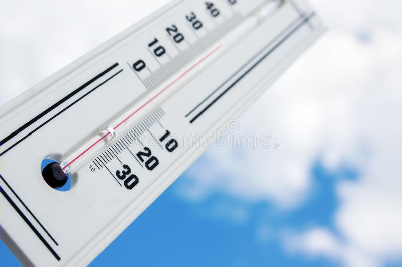 Il termometro mostra la temperatura elevata fotografia stock libera da diritti