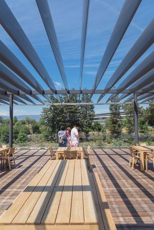 Il terrazzo del tetto caratterizza una vista unica del parco di Apple e del suo ro immagini stock