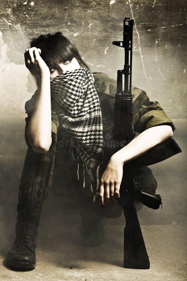 Il terrorista arabo munito della donna fotografie stock