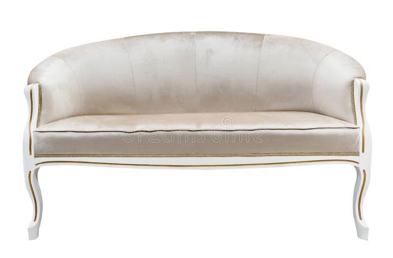 Il tessuto beige ricoperto legno scolpito canape classiche dello strato del sofà della poltrona di stile ha isolato il fondo bian fotografie stock
